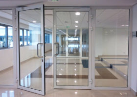Стъклени пожароустойчиви врати за бизнес сгради